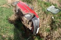 Naštěstí bez zranění se obešla nehoda osobního auta mezi Dřínovem a Uhřicemi, ke které vyjížděli hasiči v úterý 5. dubna, vůz skončil v korytě potoka