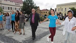 Výuka židovských tanců na holešovském Festivalu židovské kultury