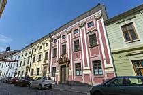 S opravami komplexu domů v Jánské ulici, které jsou v majetku města pokračuje letos kroměřížská radnice. Na provedení sanace omítek ve sklepních prostorech už vybrala zhotovitele.