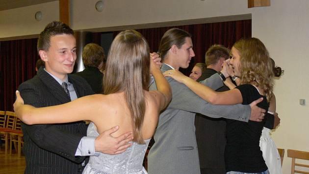 V sálu kroměřížského Domu kultury začaly tradiční taneční kurzy pro mládež. Kurz opět vedl taneční mistr Marek Dvorník.