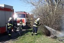 Požár trávy a odpadků zaměstnal čtyři jednotky hasičů.