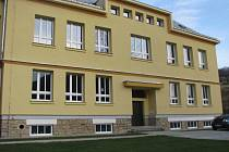 Historická budova, součást základní školy v Rajnochovicích, se dočkala zateplení, nové fasády a oken.