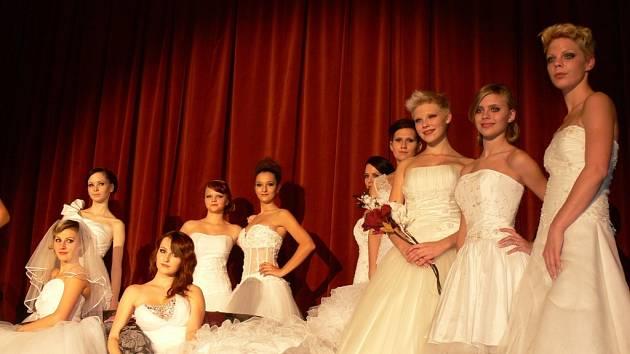 V Domě kultury v Kroměříži se ve středu 29. listopadu uskutečnila módní přehlídka. Modelky převedly nejen spodní prádlo, ale také společenské a svatební šaty.