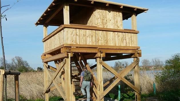 Novou pozorovatelnu pro ornitology i turisty vybudovala letos na břehu Chropyňského rybníka Správa CHKO Litovelské Pomoraví. V minulých dnech už si ji vyzkoušeli i členové Moravského ornitologického spolku (MOS) z Přerova.