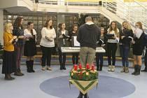 Česko zpívá koledy probíhá v Kroměříži tradičně v tamním Domově pro seniory u Moravy: 14. prosince se opět účastnily desítky lidí, kteří si rádi zazpívali s pomocí sboru Arcibiskupského gymnázia.