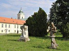 Sochy prof. Hanzíka, které jsou jako jediné z Mánesa vystavené v parku před Holešovským zámkem.