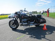 Ke střetu auta s motorkou došlo v sobotu 6. května u dálničního sjezdu u Hulína. Řidič motorky a jeho spolujezdkyně vyvázli s lehkými zraněními.