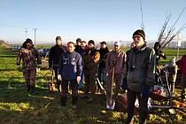 Osmdesát stromů vysadili dobrovolníci podél silnice spojující Kroměříž s Bílany.