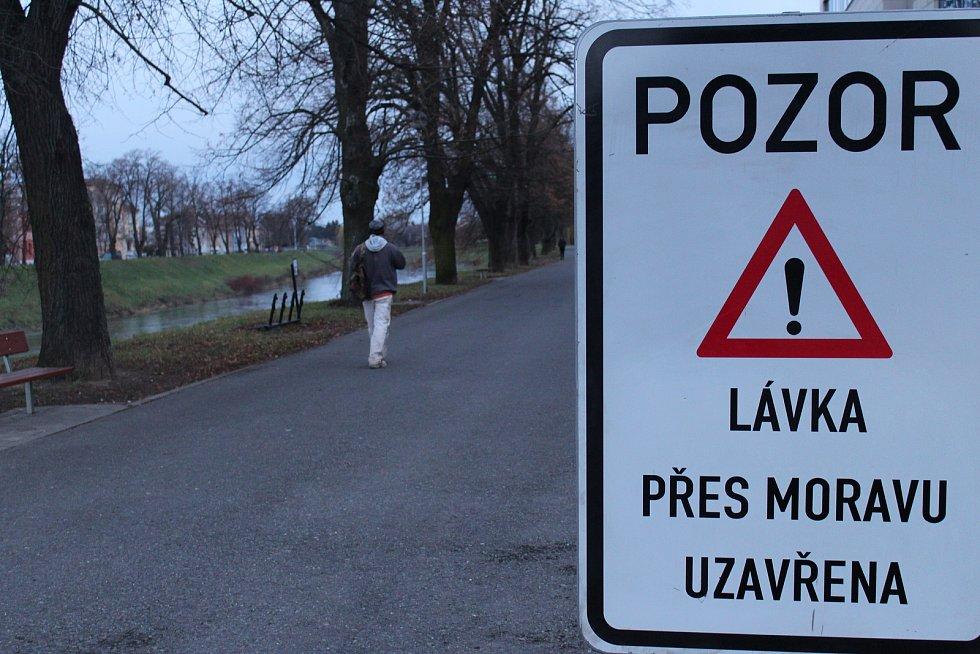 Kroměřížská lávka přes řeku Moravu zůstala od pátku 15. prosince uzavřená. To potrvá minimálně do poloviny ledna, kdy most čeká diagnostika.