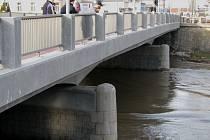 Lidé sledují hladinu Moravy v Kroměříži