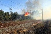 Požár trávy mezi Hulínem a Tlumačovem.