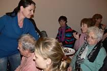 Monika Stachoňová ukázala návštěvníkům Litevských dnů v kavárně hotelu U Zlatého kohouta jak se připravuje tradiční litevský dezert Tinginys.
