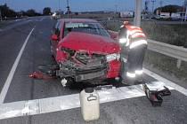 Hasiči řešili nehodu dvou aut v Kroměříži: jedno skončilo na střeše