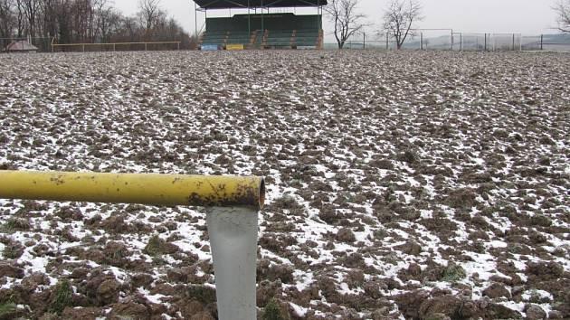 Střílecké hřiště je v současné době mimo provoz, obnova trávníku fotbalistům zkomplikuje jarní sezonu. Zápasy budou muset odehrát v sousedních Koryčanech.