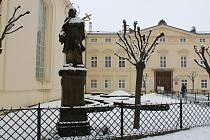 Opravy se letos dočká jedna z kroměřížských soch sv. Jana Nepomuckého - konkrétně ta, stojící před vstupem do Květné zahrady.