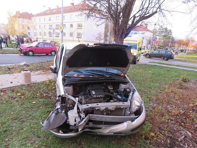 AUTA SE STŘETLA V KŘIŽOVATCE. Náraz yaris vymrštil na travnatou plochu za chodníkem.