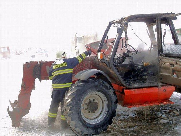 Rozsáhlý požár kabiny nakladače v dílně u Litenčic