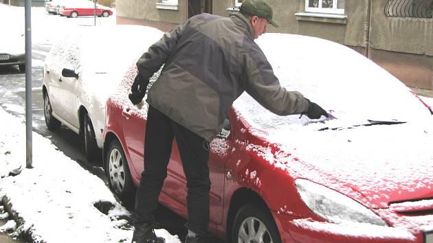 Řidiči museli při odstraňování námrazy ze svých aut používat škrabku