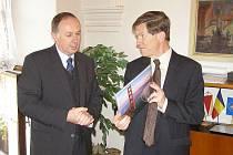 John Ordway, americký velvyslanec, navštívil v úterý kroměřížskou radnici, kde ho také slavnostně přijal starosta města Miloš Malý.