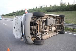 Nákladní auto se na dálnici D55 ve směru od Otrokovic na Hulín převrátilo na bok.