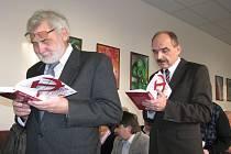 V bystřické Základní umělecké škole se v sobotu uskutečnil křest knihy pánů Jiřího Pernese a Jaroslava Pospíšila o Alejeji Čepičkovi.