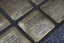 Kameny zmizelých ve Vodní ulici připomínají rodinu lékaře Alfréda Löffa, kameny zmizelých odhaleny v prosinci 2020.