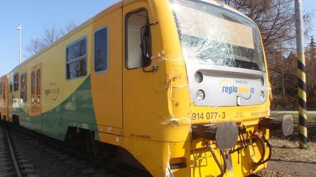 V Bystřici se srazil vlak s náklaďákem, dva lidé utrpěli zranění
