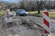 Těsně za obcí Litenčice ve směru na Morkovice je havarijní úsek. Cesta je tam ve špatném stavu, po zimě je silně podmočená a místy se propadá. Stejně tak krajnice se sesouvají.