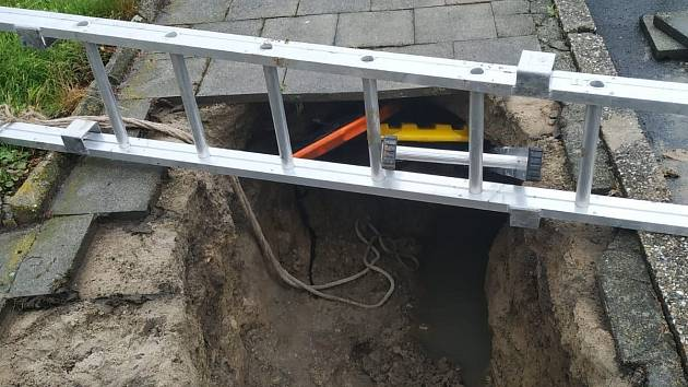 V Kostelci u Holešova hasiči vyprošťovali ženu, pod kterou se propadl chodník do hloubky asi 1 metru.