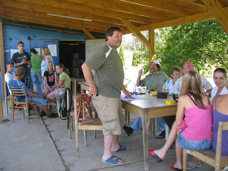 V Medlově u Zborovic pořádala Tělovýchovná jednota soutěž v hodu kladivem pro muže, ženy i děti.