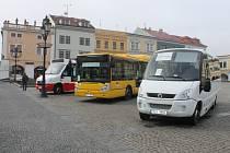 Na Velkém náměstí v Kroměříži ve čtvrtek představovali autobusy s pohonem zemního plynu. Podle firmy MagicBus lze ročně ušetřit až tři milióny korun při jízdě na zemní plyn.