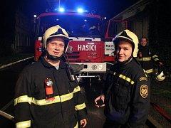 Adam Fuksa (na snímku vlevo) pracuje na krajském ředitelství hasičského záchranného sboru, je i dobrovolníkem v Kroměříži.