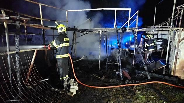 Hasiči zasahují v noci na sobotu 23. května 2020 u požáru v areálu skateparku v Kroměříži.