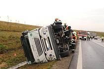 Dopravní nehoda u Bezměrova, v prostoru nájezdu na dálnici D1 došlo k havárii nákladní soupravy a k převrácení návěsu i tahače zn. Iveco.