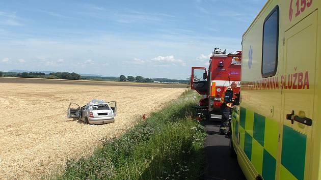 U krkolomné dopravní nehody museli v pondělí odpoledne zasahovat profesionální hasiči z Kroměříže nedaleko tamní místní části Kotojedy: z havarované Škody Fabia vyprošťovali zraněného řidiče.