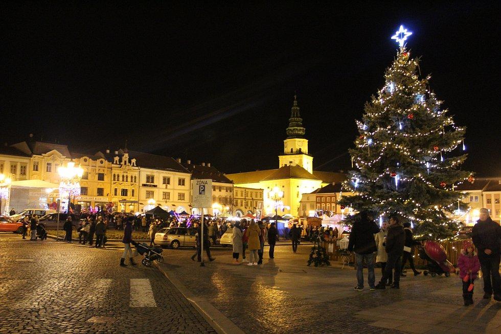 Během první prosincové středy se vánoční strom konečně rozsvítil také na kroměřížském Velkém náměstí.