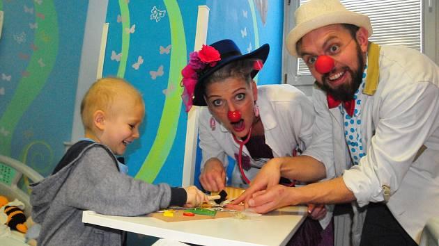 Zdravotní klaun pomáhá vykouzlit úsměv na tváři těch nejmenších i těch nejstarších.