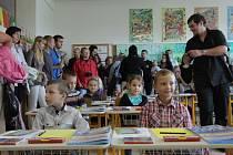 na Holešovsku se počet dětí v prvních třídách zvyšuje. Na I. Zakladní škole v Holešově jich usedlo do lavic 48, na III. Základní škole jich nastoupilo 66 a v malotřídce v Rymicích jich je letos sedm.