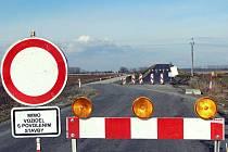 Od začátku března až do konce června 2010 bude kvůli stavbě mostu přes dálnici uzavřena silnice třetí třídy mezi Hulínem a Skašticemi.