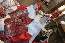 Bez šátku či věnečku není vidět Hanačku: tak zní název výstavy v záhlinickém Muzeu Františka Skopalíka. Lidé si mohou prohlédnout, jak se takové šátky v 19. století nosily.
