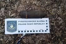 Při procházce lesem našel ve Vážanech muž dělostřelecký granát