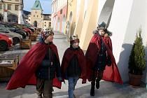Také v ulicích Kroměříže se od pátku 6.1. mohli lidé setkat s tříkrálovými koledníky: ujít si nenechali ani návštěvu kroměřížské radnice.