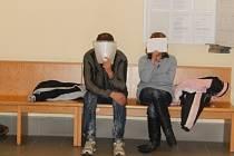 Za ublížení na zdraví si Romana R. z Hulína má odpykat čtyři roky ve vězení, poškozenému by měl navíc vyplatit téměř7,5 milionu korun. Na snímku obžalovaný, kterého k soudu doprovodila partnerka, kvůli níž celý konflikt začal.