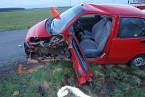 Zraněnou řidičku museli hasiči z vraku vystříhat.