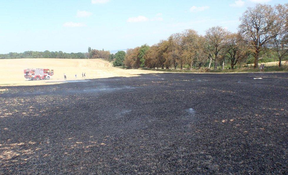 Čtyři jednotky hasičů musely ve čtvrtek 17. srpna vyrážet k požáru strniště u Hoštic. Příčina ohně přitom byla banální: neopatrné rozdělávání ohniště.