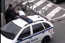 Kamera zachytila zloděje přímo při činu.