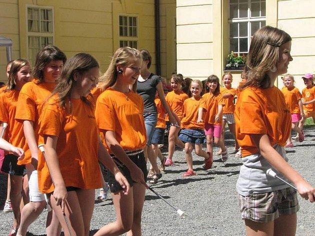 Na nádvoří zámku v Bystřici pod Hostýnem se konaly ukázky vystoupenív místního tanečního souboru Star. Předvedly se například mažoretky.