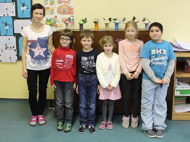 Tablo dětí zletošní první třídy Jubilejní ZŠ TGM Rusava střídní učitelkou Mgr. Petrou Zámečníkovou