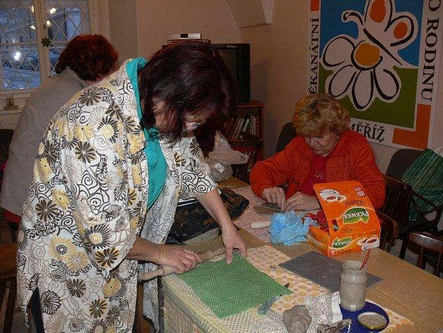 V centru pro rodinu nabízí mnoho činností nejen pro děti a mládež, ale také pro dospělé, příkladem může být kroužek keramiky.