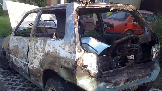 Jednotky hasičů vyjížděly v pondělí nad ránem hasit požár auta do Střílek.